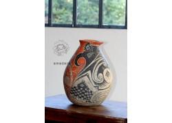 Vase décoré en terre cuite