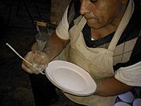 Les assiettes en terre cuite sont décorées à la main