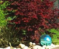 Des boules de décoration dans votre jardin